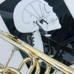 Die Zähne und die Rolle für den Blasmusiker